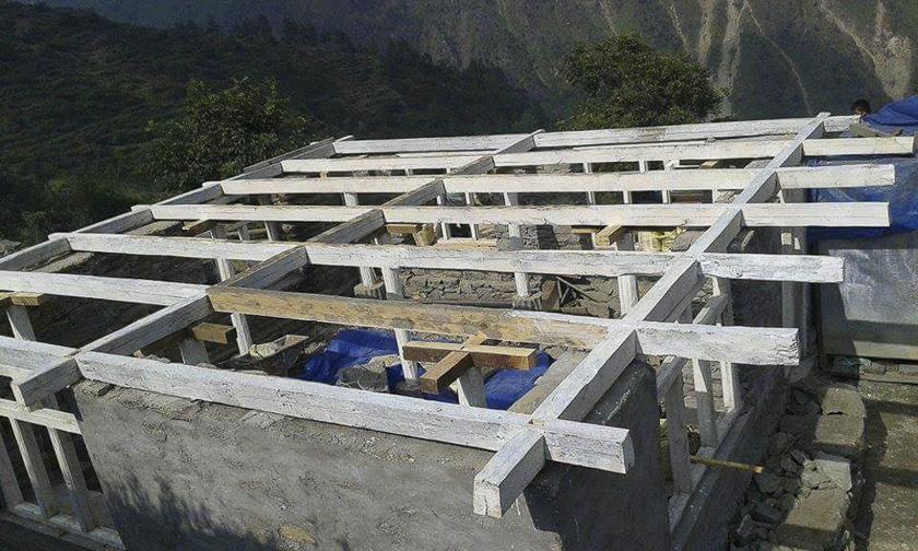 El grupo de Ojos Pirenaicos dándolo todo en la obra junto con los chicos de  Un Granito de Arena por Nepal 3f61e6f229ad
